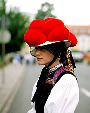 Germany, Gutach (Schwarzwaldbahn), Gutach, Gutach Valley, Black Forest, Baden-Wuerttemberg, girl in Bollenhut traditional costumes, clothes, clothing, hat, headgear