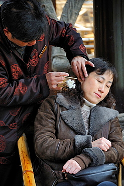 China, Sichuan, Chengdu, People¥s Park, He Ming Tea House, Traditional ear cleaning