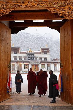 China, Gansu, Amdo, Xiahe, Monastery of Labrang Labuleng Si, Monks and devotees