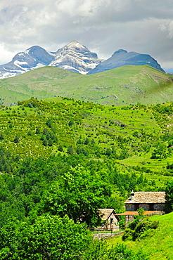 Bestue y Monte Perdido al fondo Comarca de Sobrarbe Pirineos Huesca.