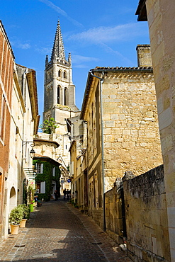 Saint-Emilion, in the Dordogne River Valley, Gironde region, Acquitaine, France, Rue de la Petite Fountaine leading to Romanesque monolithic church 'L'Eglise Monolithe' whose lower section was carved from a limestone cliff