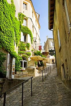 Saint-Emilion, in the Dordogne River Valley, Gironde region, Acquitaine, France, steep pedestrian pathway 'Tertre de la Tente', restaurants, shops, and houses