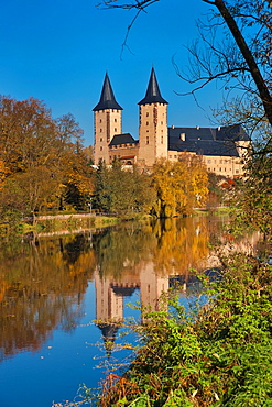 View over the Zwickauer Mulde river to the Rochlitz castle, more than 1000 years old, Rochlitz, Saxony, Germany, Europe