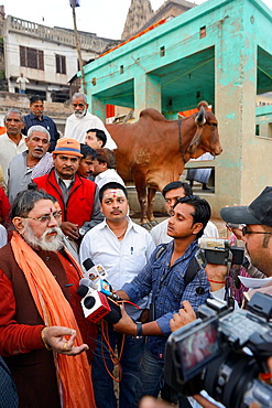 India, Uttar Pradesh, Varanasi, Interview of Mahant Rameshwar Puri following the funeral of guru Satuwa Baba.