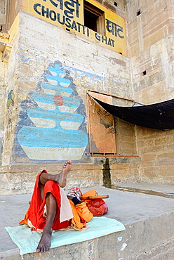 India, Uttar Pradesh, Varanasi, Chousatti Ghat, Sleeping sadhu (ascetic).