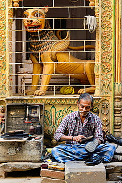 India, Uttar Pradesh, Varanasi, Shoe shine.