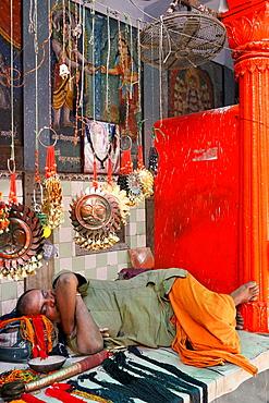 India, Uttar Pradesh, Varanasi, Kal Bhairava temple, Sleeping sadhu (ascetic).