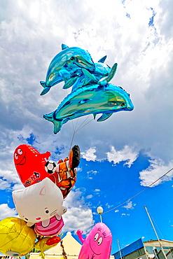Bunte Luftballonfiguren im Yachthafen von Viareggio in der Toskana, Colorful Balloon Figures in the Marina of Viareggion in Tuscany, Italy.
