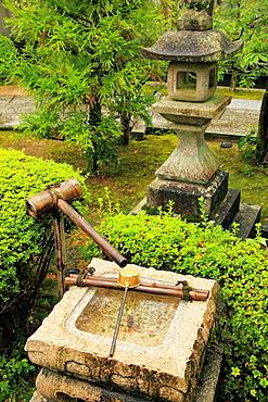 Japan, Kyoto, Higashiyama, fountain, stone lantern,.