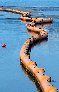 Floating barrier to contain the fuel spill ('chapapote') of Prestige tanker, San Vicente de la Barquera, Cantabria, Spain - 817-65570