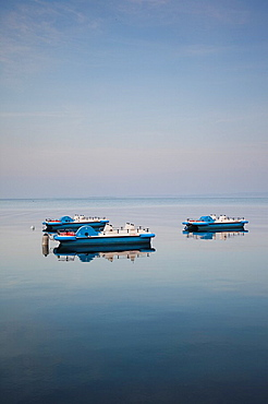 Italy, Veneto, Lake District, Lake Garda, Garda, lakefront and paddleboats, dawn