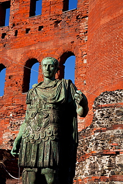 Julius Caesar statue and the Palatine Gate (Porta Palatina), the ancient access from the North to Julia Augusta Taurinorum, the Roman civitas now known as Turin. Turin, Piedmont, Italy, Europe