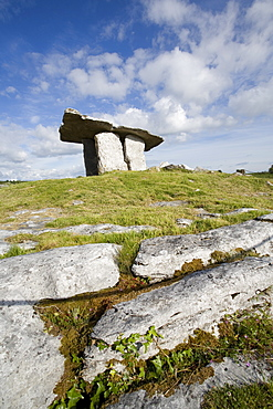 Poulnabrone Dolmen (Poll na mBron) (Hole of Sorrows), a Neolithic portal tomb probably dating from between 4200 to 2900 BC, Burren, County Clare, Munster, Republic of Ireland, Europe