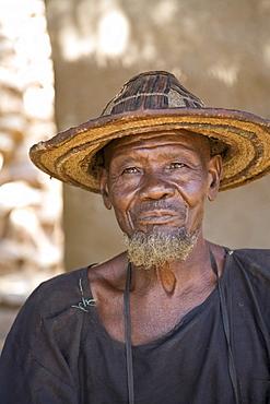 Elder in village of Ende in Mali, wearing a conical straw hat, Mali, West Africa, Africa
