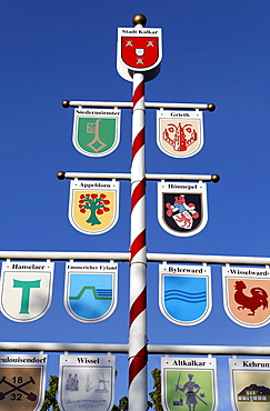 Post with coats of arms of small Lower Rhine towns near Kalkar, Lower Rhine region, North Rhine-Westphalia, Germany, Europe