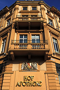House and royal coats of arms of the old Hof Apotheke, Sofienstrasse 11, Heidelberg, Baden-Wuerttemberg, Germany, Europe