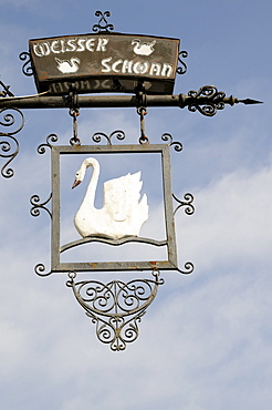 Wrought-iron inn sign of the Weisser Schwan or white swan, Goslar, Lower Saxony, Germany, Europe