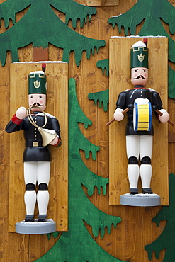 """Musicians, figures manufactured in the Ore Mountains, """"Striezelmarkt"""" Christmas market, Altmarkt square, Dresden, Saxony, Germany, Europe"""
