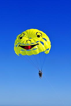 Tandem parachute at Nice, Nizza, Cote d'Azur, Alpes Maritimes, Provence-Alpes-Cote díAzur, France, Europe