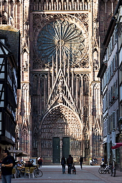 Strasbourg Cathedral, Cathedrale Notre-Dame-de-Strasbourg, Gothic church facade, Strasbourg, Alsace, France, Europe