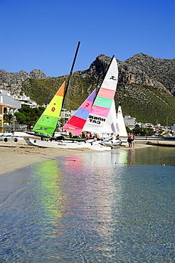 Sailing boats on the beach, mountains at back, sailboats in the bay of Puerto de Pollensa, Port de Pollenca, Majorca, Mallorca, Balearic Islands, Mediterranean Sea, Spain, Europe