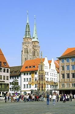 Hauptmarkt main square with Schoener Brunnen fountain and Sebalduskirche church of St. Sebaldus, Nuremberg, Middle Franconia, Bavaria, Germany, Europe