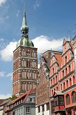 Gabled houses with Nikolaikirche church, Unesco World Heritage Site, Stralsund, Mecklenburg-Western Pomerania, Germany, Europe