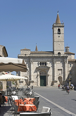 Piazza Arringo with Sant'Emidio cathedral and outside tables, Ascoli Piceno, Marches, Italy, Europe
