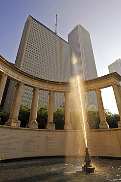 Fountain in front of the Millennium Monument, Wrigley Square, Millennium Park, at the rear, the Aon Building and One Prudential Plaza, Chicago, Illinois, United States of America, USA