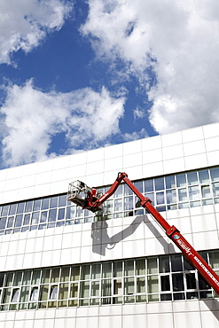 Building cleaner on a boom lift cleaning the windows of Neuss Courthouse, Lower Rhine, North Rhine-Westphalia, Germany, Europe