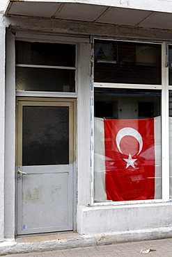 Turkish flag in the window of an abandoned shop, Bruckhausen district, Duisburg, North Rhine-Westphalia, Germany, Europe
