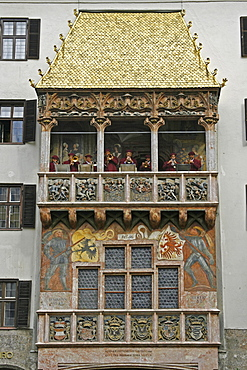 Goldenes Dachl golden roof with medieval costume musicians, figurines, Innsbruck, Tyrol, Austria, Europe