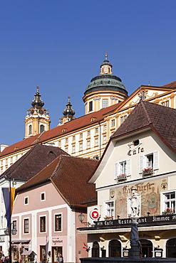 Town hall square with Kolomanbrunnen fountain and Stift Melk Abbey, Melk, Wachau, Mostviertel district, Lower Austria, Austria, Europe