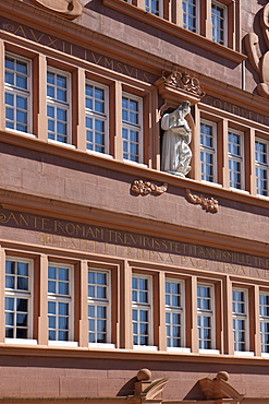 Rotes Haus, Red House on Hauptmarkt square, sculpture on the decorative facade, Trier, Rhineland-Palatinate, Germany, Europe
