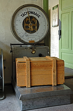 Old Tachowaage scales, from around 1940, with a wooden box in a packing room from 1930, Museum of Industry, Sichartstrasse 5-25, Lauf an der Pegnitz, Middle Franconia, Bavaria, Germany, Europe