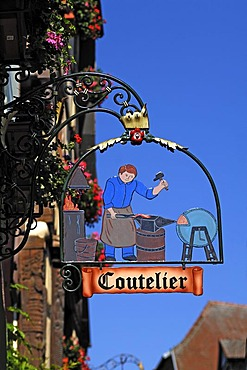 Hanging sign of a cutler, 39 Rue du General de Gaulle, Riquewihr, Alsace, France, Europe