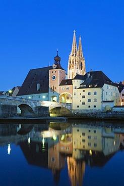Regensburg Cathedral, UNESCO World Heritage Site, Steinerne Bruecke bridge, Bruecktor gate, Danube, Regensburg, Upper Palatinate, Bavaria, Germany, Europe