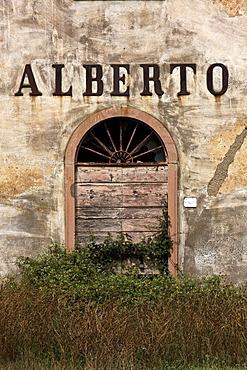 """Entrance door of abandoned farmhouse with inscription """"Alberto"""", near Bolgheri, Tuscany, Italy, Europe"""