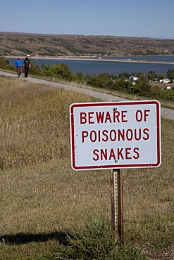 Beware of poisonous snakes, sign at a rest stop on Interstate 90 at a hiking trail above the Missouri River, Chamberlain, South Dakota, USA