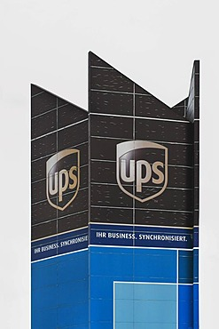 "UPS Logo, United Parcel Service of America, with the slogan ""Ihr Business, Synchronisiert"", German for ""your business, synchronized"""