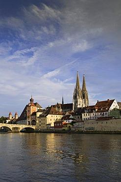 View across the Danube River looking towards the historic district, Steinerne Bruecke bridge, Brueckturm tower, Amberger Stadel building, Regensburg Cathedral, UNESCO World Heritage, Regensburg, Upper Palatinate, Bavaria, Germany, Europe