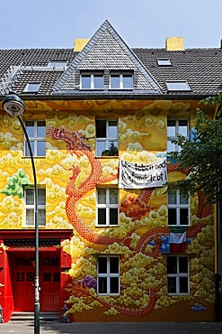 Kiefernstrasse street, house of former squatters, artistically painted facade in street art style, Duesseldorf-Flingern, North Rhine-Westphalia, Germany, Europe
