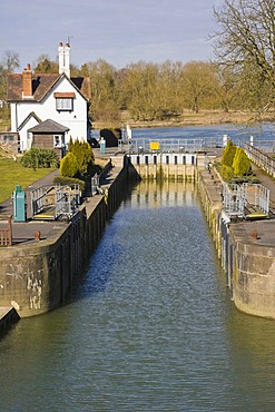 Goring Lock on the River Thames at the Goring Gap in the Chiltern Hills, Goring On Thames, Oxfordshire, England, United Kingdom, Europe