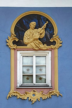 Relief figure of a violin maker, 1996, design and stucco by Sebastian Pfeffer, fresco by Stephen Pfeffer, Obermarkt 9, Mittenwald, Upper Bavaria, Bavaria, Germany, Europe