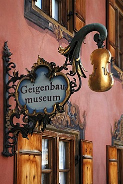 Advertising sign of the Geigenbaumuseum violin museum, gilded violin on a hanging sign, Ballenhausgasse 3, Mittenwald, Upper Bavaria, Bavaria, Germany, Europe