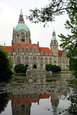 New town hall and Maschteich pond in the Maschpark, Hannover, Lower Saxony, Germany, Europe
