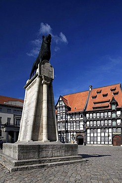 Burgplatz castle square with Braunschweiger Loewe lion monument, chamber of trade in the Von Veltheimsches Haus building, guild house in the Huneborstelsches Haus building, Braunschweig, Lower Saxony, Germany Europe