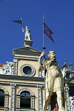 The Roland statue in front of the tavern Zum Roten Ochsen at the Fischmarkt square, Erfurt, Thuringia, Germany, Europe