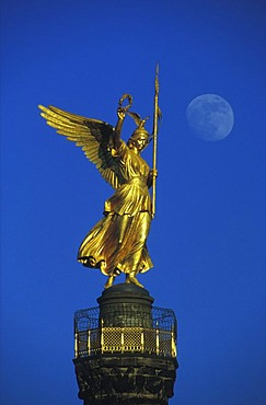 So-called Goldelse, Victoria statue on the Siegessaeule victory column with moon, Grosser Stern junction, Strasse des 17. Juni street, Tiergarten district, Berlin, Germany, Europe