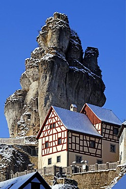 Fraenkische-Schweiz-Museum regional museum in the Judenhof, 18th century, in front of a snowy cliff and blue skies, Tuechersfeld 30-39, cliff village Tuechersfeld, Upper Franconia, Bavaria, Germany, Europe